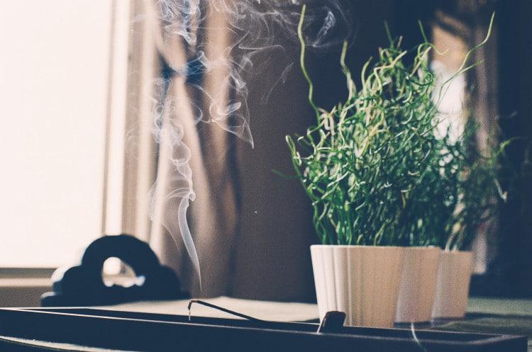 Meditační zákoutí s květinou a vonnými tyčinkami