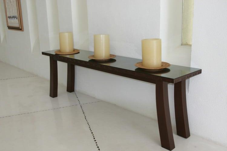 Tři svíčky postavené na stolku v jóga studiu