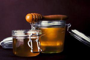 otevřené sklenice medu, domácí kosmetika