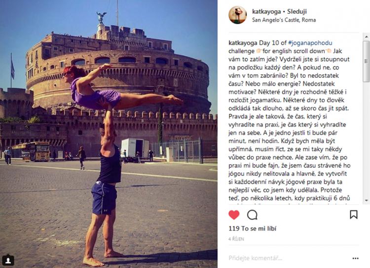 Katka s přítelem Liborem předvádí Acro jógu v Římě. Zdroj: Instagram @katka_yoga
