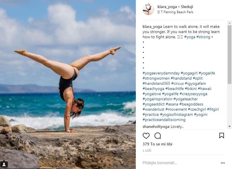 """Klára v """"handstandu"""" – stoji na rukách na Hawaii. Zdroj: Instagram @klara_yoga"""
