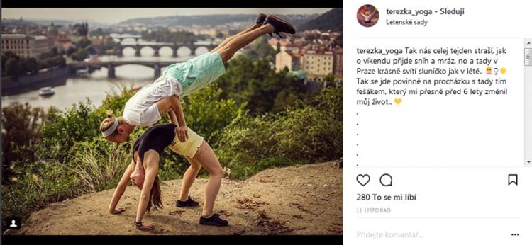 Tereza Korcová a Acro jóga s přítelem (@planteateryogi) na Letné. Zdroj: Instagram @terezka_yoga