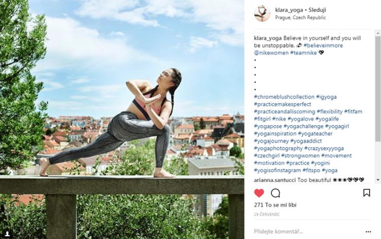 Klára Pokorná v kampani pro Nike Women a pozici Parivrtta Anjaneyasana. Zdroj: Instagram @klara_yoga
