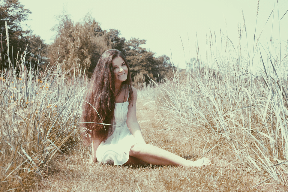 žena sedící v trávě