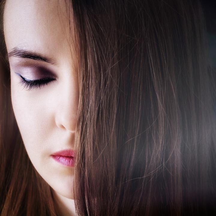 žena s hnědými vlasy