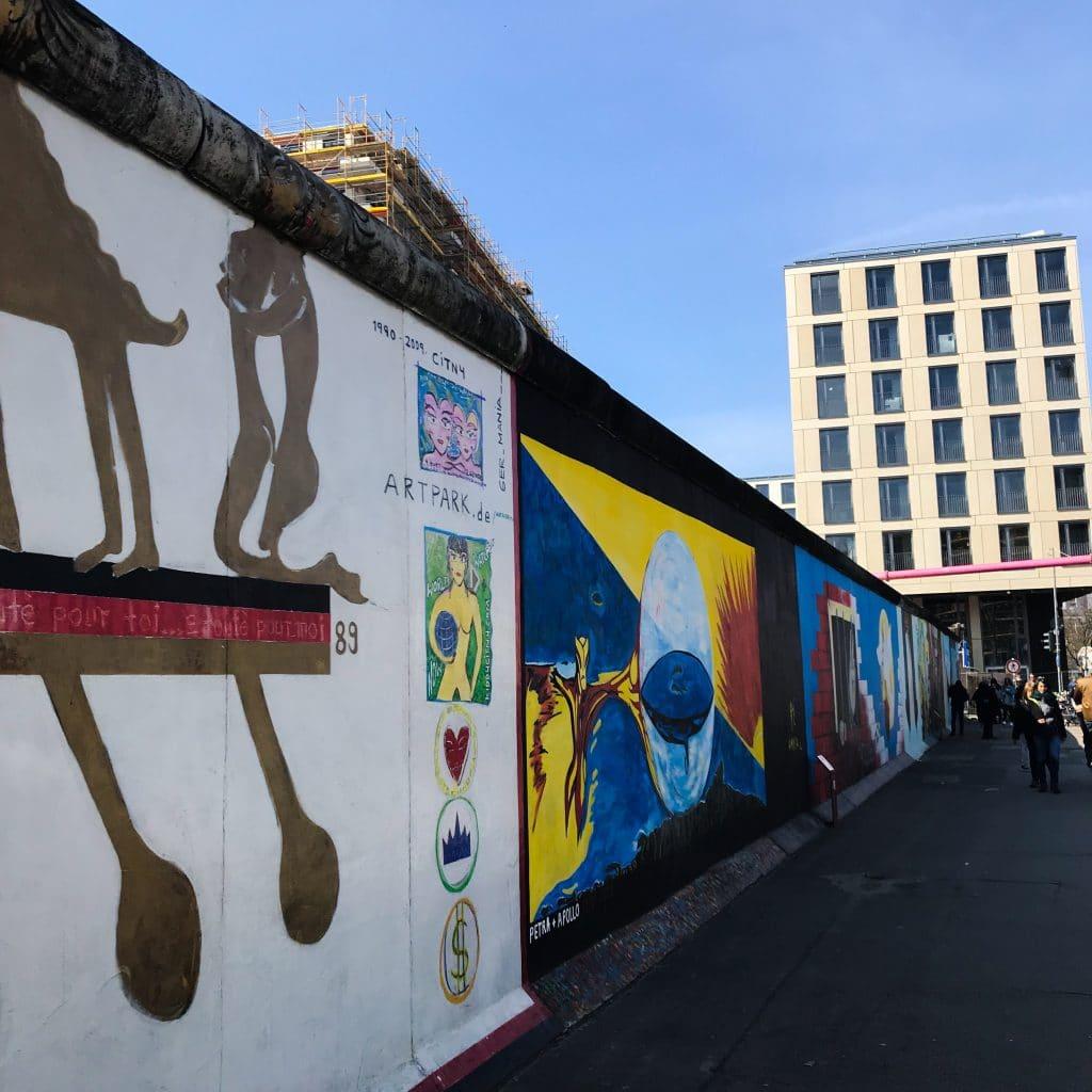 Slavná Berlínská East Side Gallery s uměleckými graffiti.