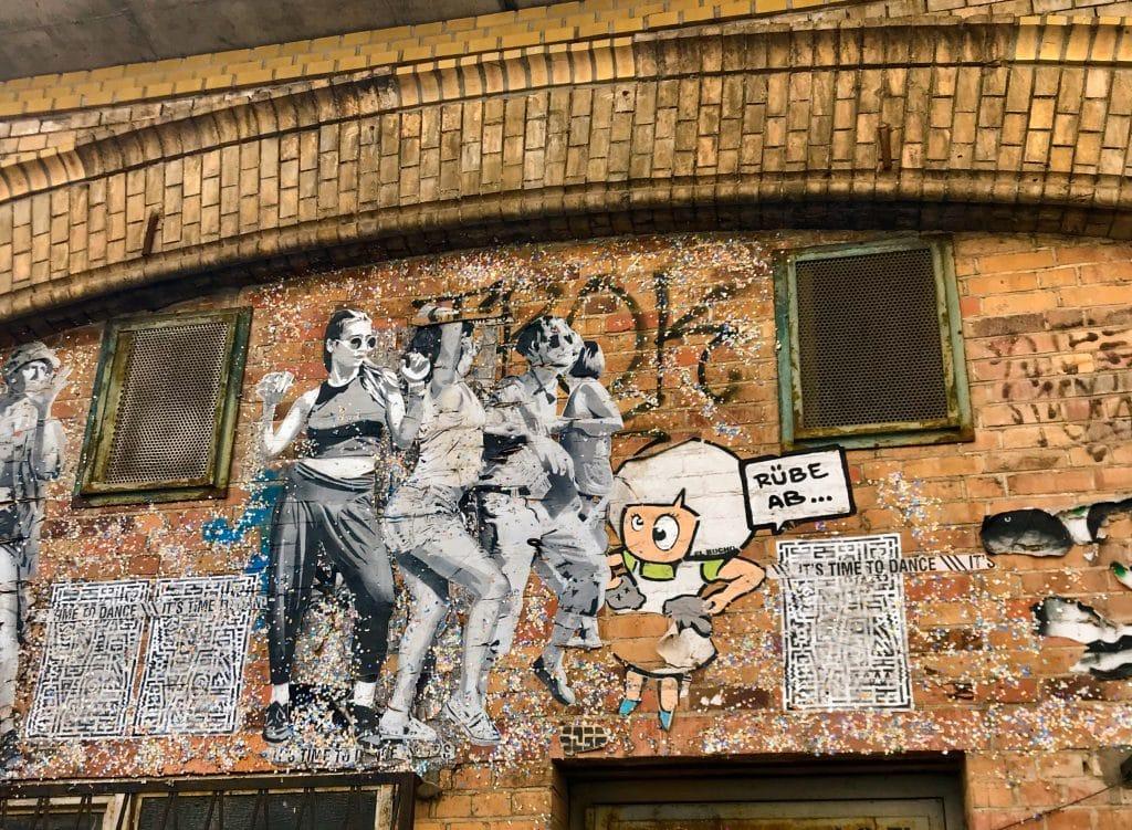 """Berlínské graffitti dávají s výkladem a příběhem najednou úplně jiný smysl. Na obrázku série """"Let's dance"""", která je k vydění po celém Berlíně a zobrazuje reálné lidi, kteří v létě v Berlíně tančí na festivalech a parcích od umělce, kteří si říká Sober."""