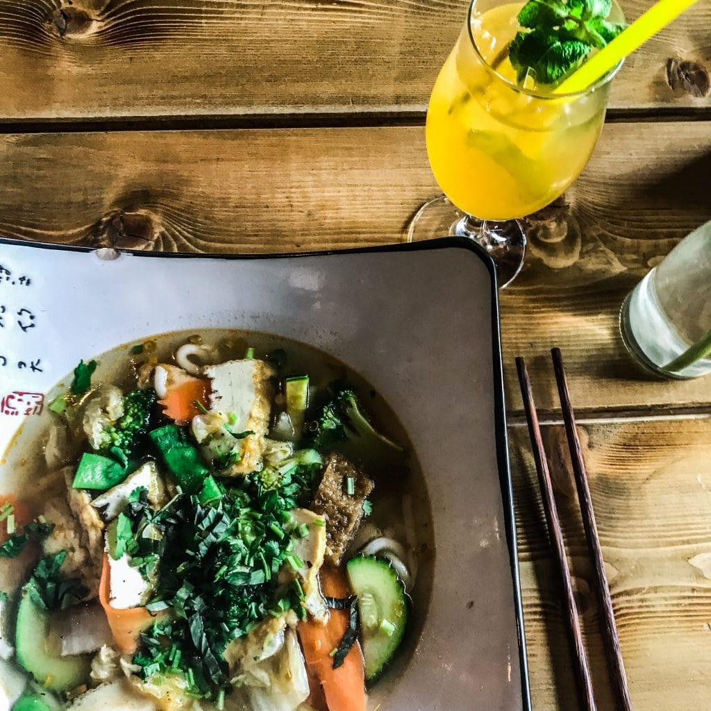 Veganský Udon se zeleninou a Tofu + ledový zelený čaj z H&D Chay = oběd snů :-).