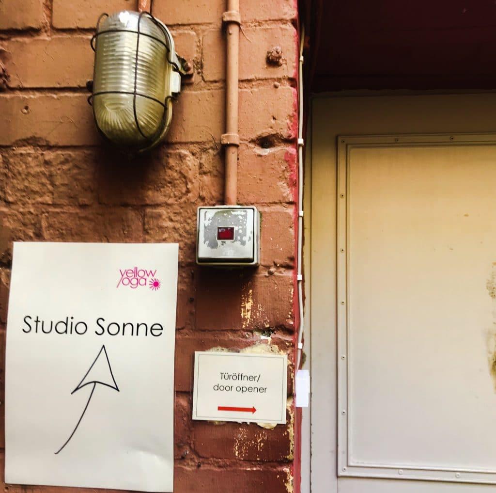 Berlínské jógové Studio Sonne, - vstup z vnitrobloku s bzučákem je typický pro mnoho Berlínských studií.