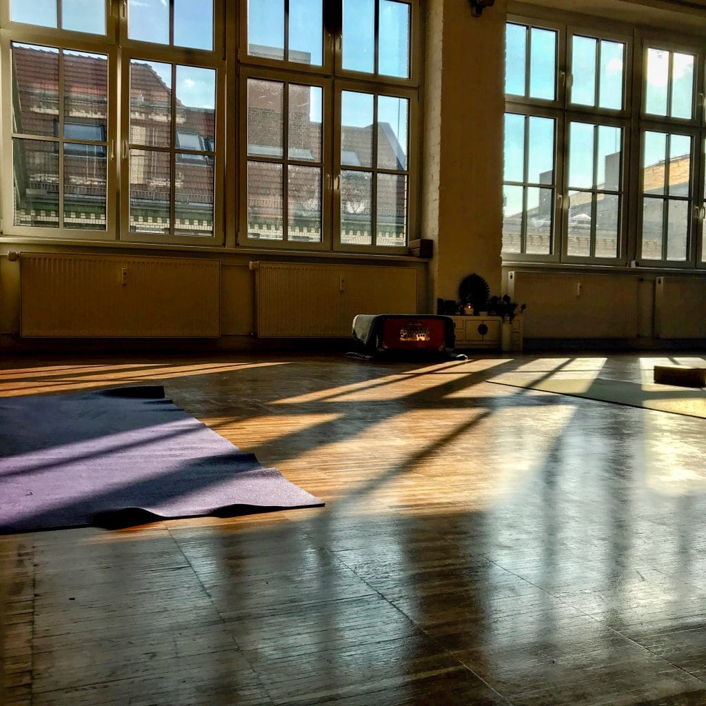 Prosvětlené jógové studio Jivamukti v Berlínské čtvrti Kreuzberg.