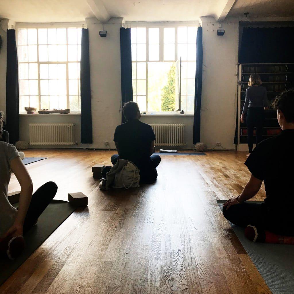 Yellow Yoga Studio Sonne v hip čtvrti Neukölln.