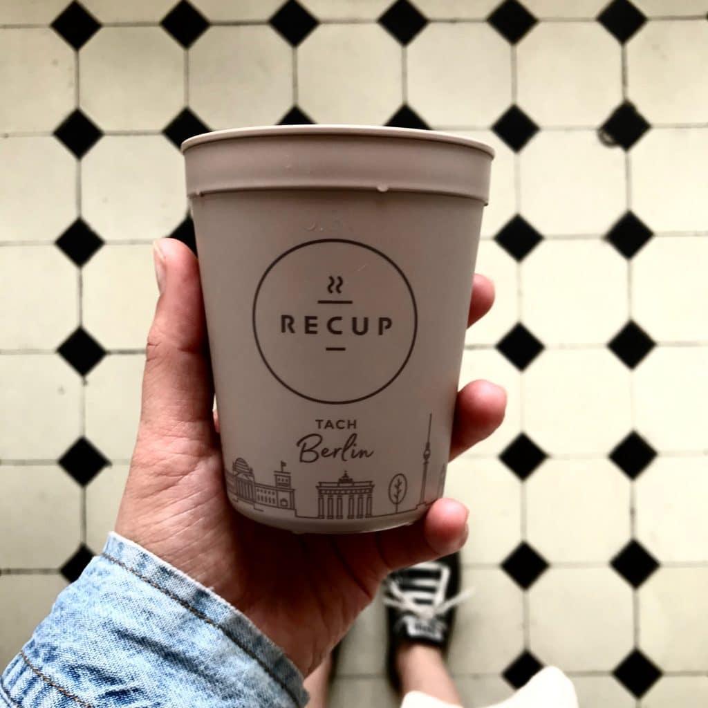 A takhle vypadá Recup - ekologický hrníček na káve s sebou s vratnou zálohou 1 euro, dostupný v kavárnách po celém Německu.