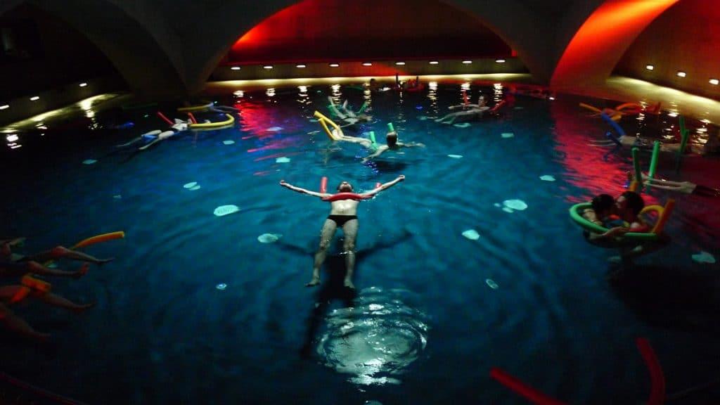 Unikátní bazén s podvodní hudbou ve welness Liquidrom.