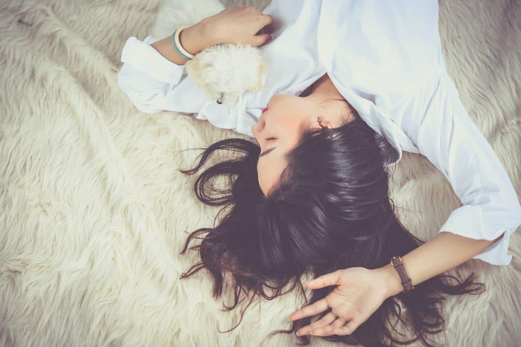 žena, leží, bílá košile, pes