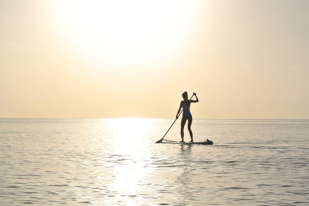 paddle board na vodě