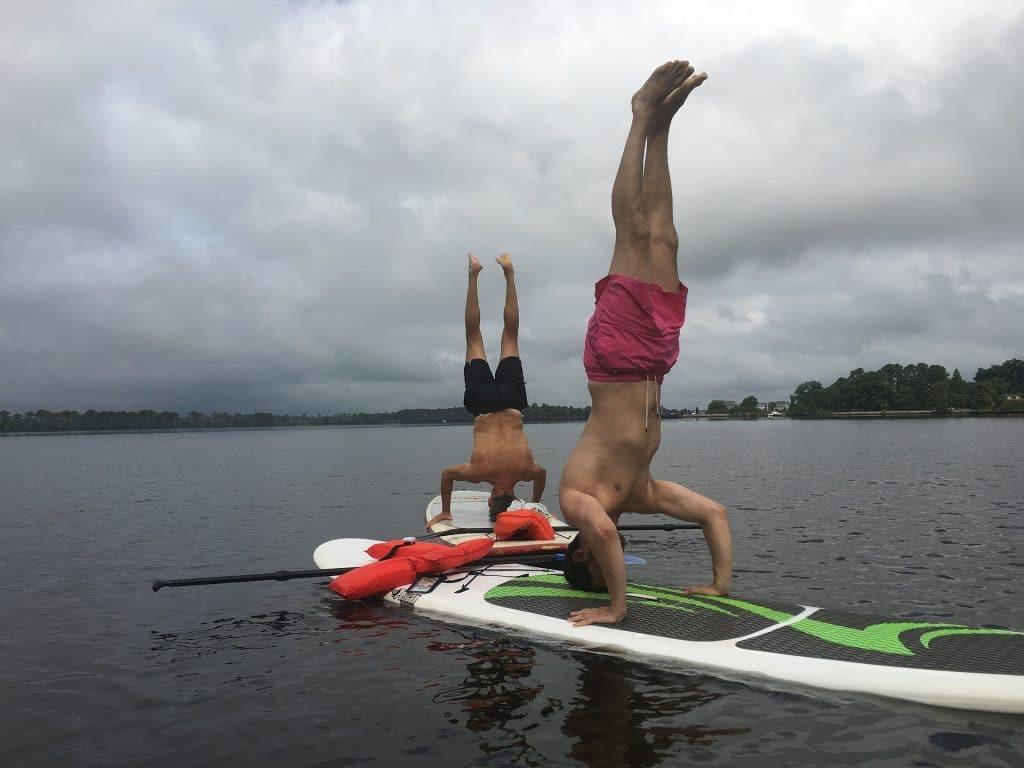 stoj na hlavě na paddle boardu