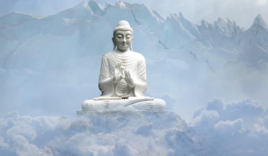 Buddha uprostřed hor