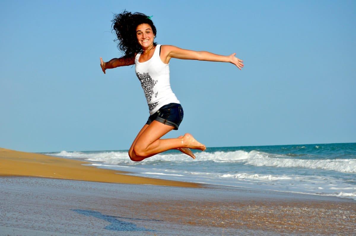 žena skáče